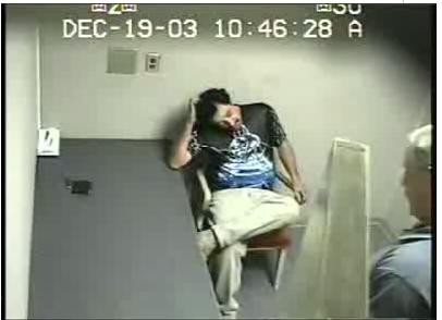 Cachear y esposar a un detenido