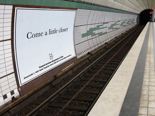 """Publicidad un poco """"agresiva"""" de una funeraria"""