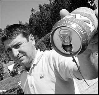 Un hombre encuentra un ratón en una lata de refresco (Kas)