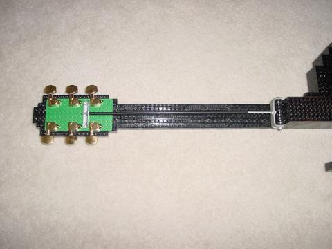 Guitarra hecha con piezas de Lego