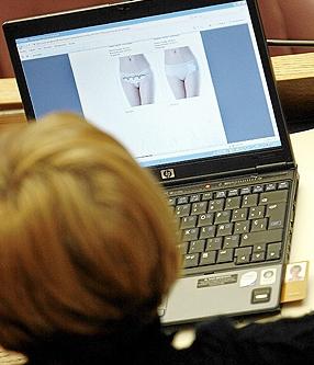 La socialista Lola Gay mirando una web de ropa interior durante una sesión