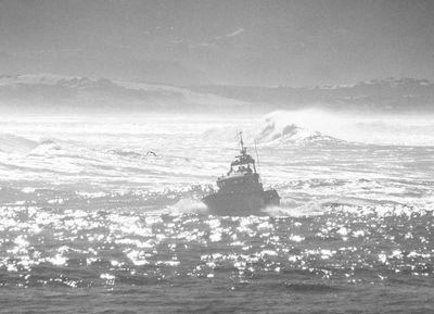 El poder del mar contra un barco