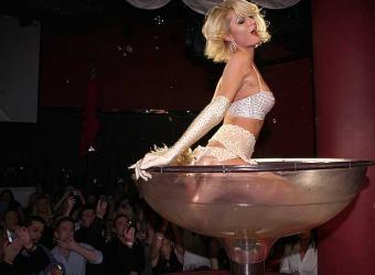 Paris Hilton se remoja en champán en las Vegas
