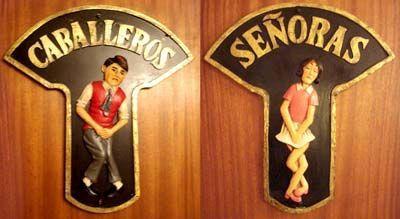 Placas en las puertas de los servicios de caballeros y señoras