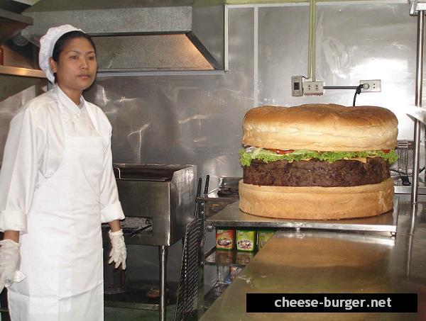 Elaboran una hamburguesa y es la más gigante del mundo