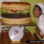 La hamburguesa con queso más grande del mundo parte 3 siendo pesada