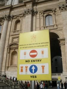 Cartel de aviso en la entrada de la Basílica de San Pedro en Roma