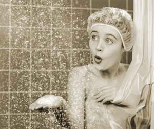 El camino a la ducha de una mujer según la mujer