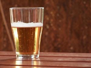 Crean una nueva cerveza que aumenta el tamaño de los pechos