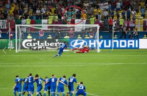 Aficionado intentando despistar en los penalties de Inglaterra - Italia