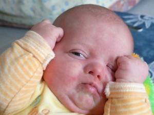 Bebé emocionado al despertar