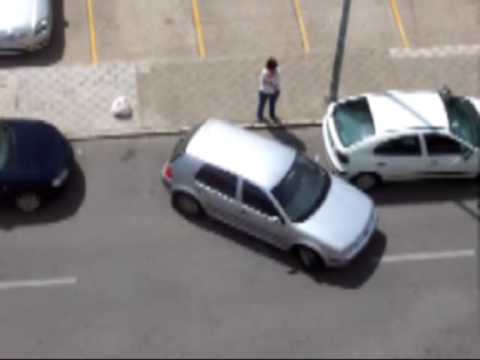 Celebración de hinchas al aparcar un coche por parte de una mujer