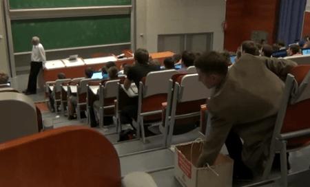 La hazaña de un estudiante al tomar apuntes con una maquina de escribir