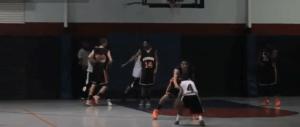 Niño de 11 años que juega al baloncesto