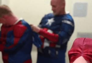 Personas disfrazadas de súper héroes en un hospital