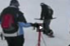 Una forma graciosa para coger el remonte de esquiar