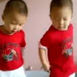 Bailando con su hermano pequeño