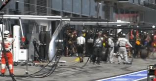 La rueda de Mark Webber golpeando a un cámara
