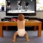 Bebe bailando junto a la televisión