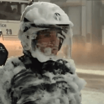 Bomberos belgas cubren de espuma a policías en unas protestas contra los recortes