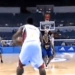 Jugadores de baloncesto defenciendo canasta equivocada