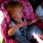 Bebé se despierta al escuchar música y empieza a bailar
