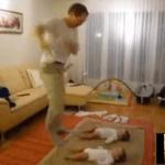 Gemelos que bailan con su padre