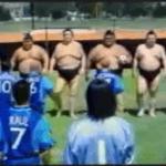 Anuncio comercial gracioso de fútbol entre dos oponentes diferentes
