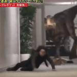 Divertida broma del dinosaurio que causa un poco de miedo