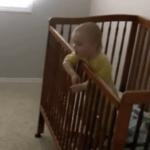 Dos bebés intentando escapar de la cuna
