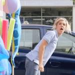 La broma de la piscina inflable
