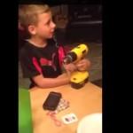 Niño se saca el diente con un taladro