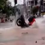 Motociclista tragado por hueco gigantesco
