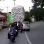 Se voltea camión con sobrecarga
