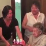 Abuela pierde su dentadura al soplar las velas