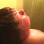 Niño cantando en la ducha