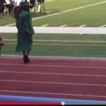 Estudiante se cae en su graduación aunque lucha por evitarlo