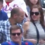 Le tocan seno en partido de béisbol en Nueva York