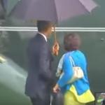Obama comparte paraguas con sus asistentes