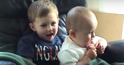 Video del Bebe Que Muerde el Dedo de su Hermano