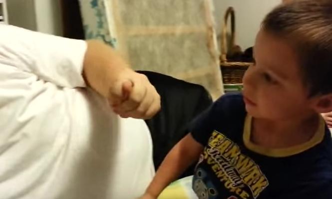 El niño que llora porque su padre le quita la nariz y oreja