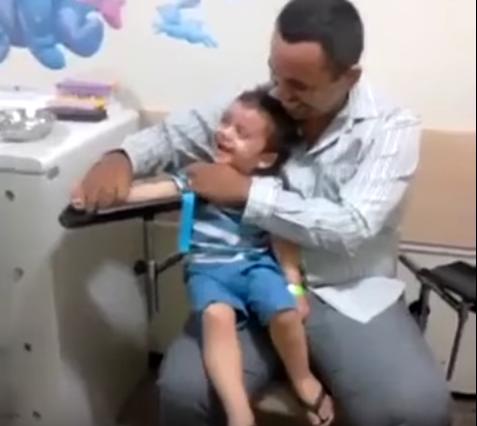 El niño que ríe al ponerle una inyección