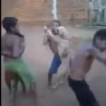 Niños bailando con su perro